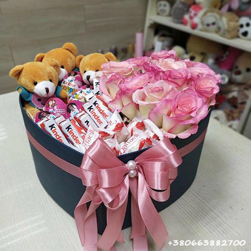 розы, сладости и мишки в коробке сердце